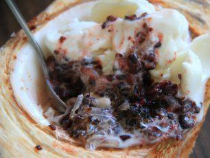 Nikmatnya Sajian Es Krim di Batok Kelapa Muda