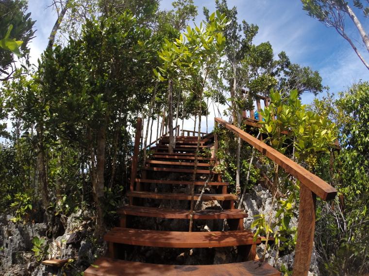Tangga yang dibangun untuk memudahkan pendakian bebatuan karang