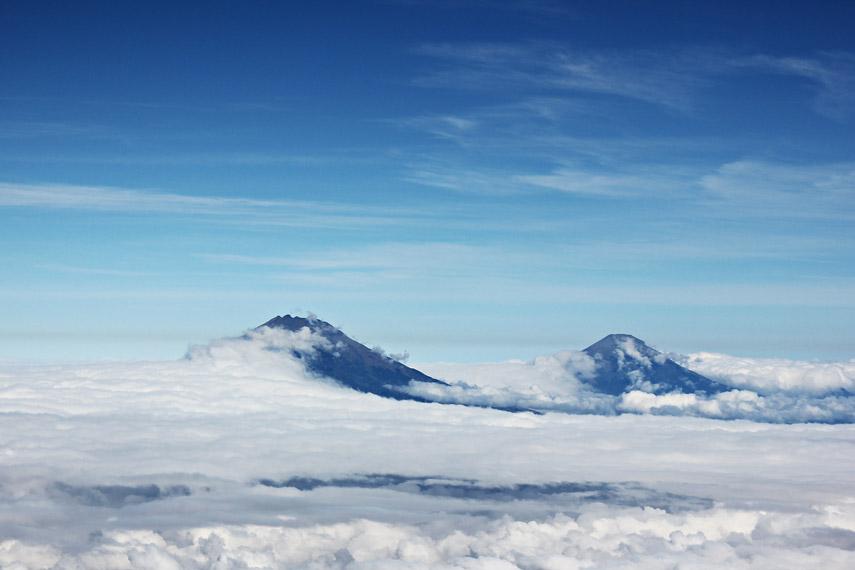 Pemandangan Gunung Sumbing Sindoro diselimuti lautan awan