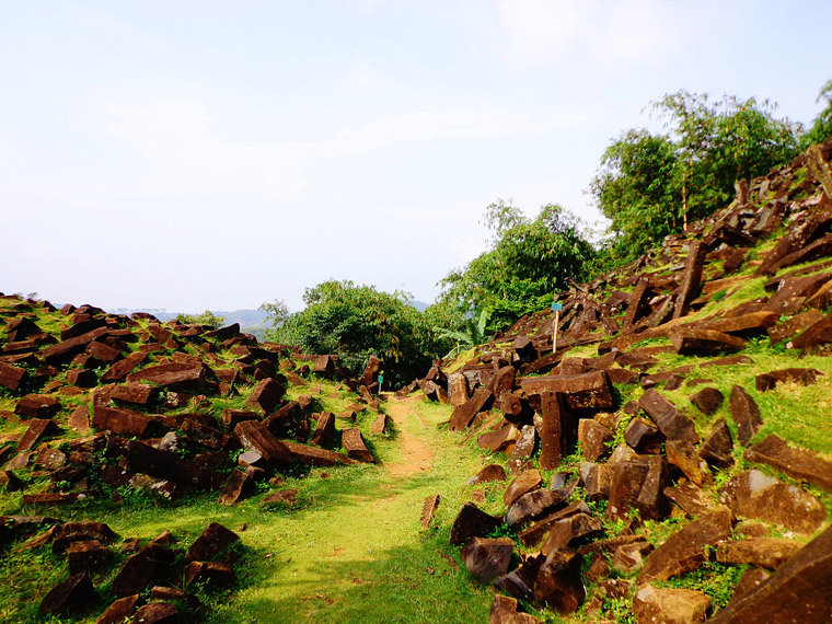 Situs Megalitik ini terletak di Desa Karyamukti, Kecamatan Campaka, Kabupaten Cianjur