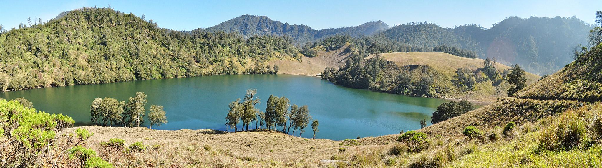 Panorama keindahan Danau Ranu Kumbolo dilihat dari atas