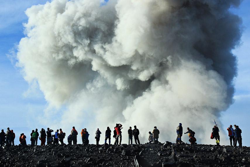 Suasana Puncak Mahameru dengan background letusan wedus gembel