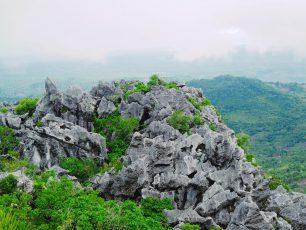 Sensasi Mendaki Batuan Nyaris Vertikal di Gunung Fatule'u