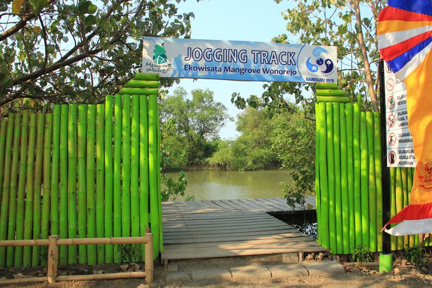 Ekowisata Mangrove Wonarejo Berlokasi tidak jauh dari pusat kota, tepatnya di Jalan Raya Wonorejo Rungkut