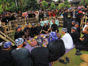 Menyatukan Padi dalam Ritual Majikeun Pare