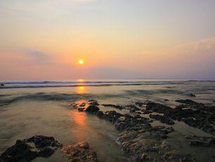 Menembus Hutan dan Menyaksikan Matahari Tenggelam di Karang Copong