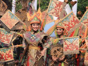 Warna-Warni Budaya dalam Karnaval Nusantara HUT ke-68 RI