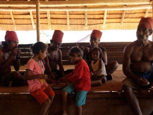 Kain Berang: Filosofi Kehidupan Dalam Ikat Kepala Merah Suku Huaulu