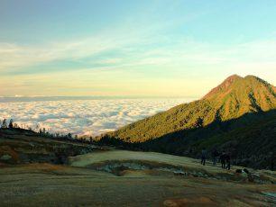 Kawah Ijen, Pemandangan Danau dan Kaldera Terindah Di Atas Awan