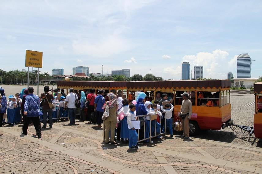Kendaraan keliling yang mengitari area Monumen Nasional