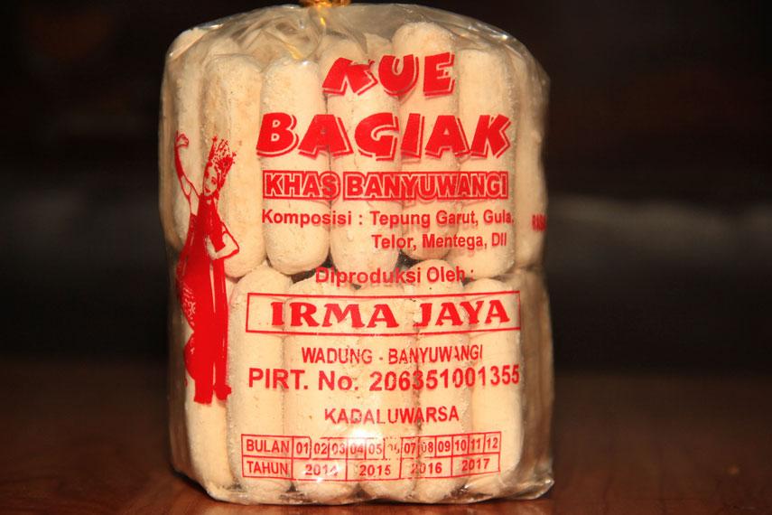 Bagiak merupakan salah satu oleh-oleh khas Banyuwangi berupa kue kering dengan bentuk lonjong dan panjang berbahan dasar sagu