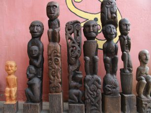 Menyaksikan dari Dekat Patung-Patung Karya Petrus Lengkong