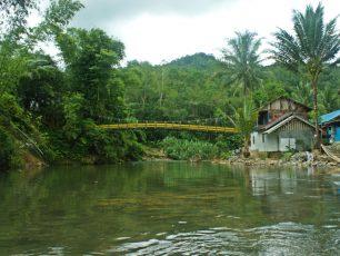 Mengarungi Sungai Amandit Dengan Bamboo Rafting Khas Loksado