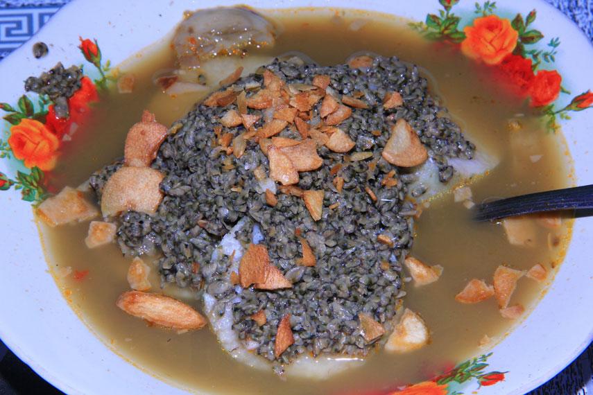 Lontong kupang merupakan sajian irisan lontong yang disiram dengan kuah yang telah diberi bumbu bawang putih, cabe, dan bumbu khas masakan Surabaya yakni petis