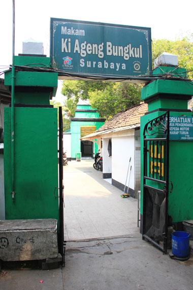 Mbah Bungkul diangkat menjadi Sultan dan dianggap pemimpin bagi masyarakat Desa Bungkul