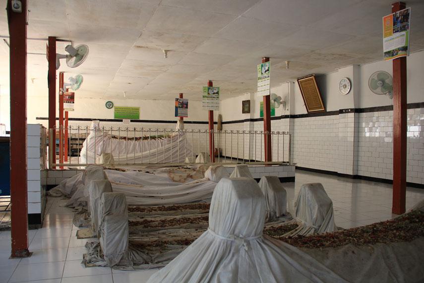 Selain Makam Sultan Bungkul, bagian utama berisi beberapa makam dari keturunannya