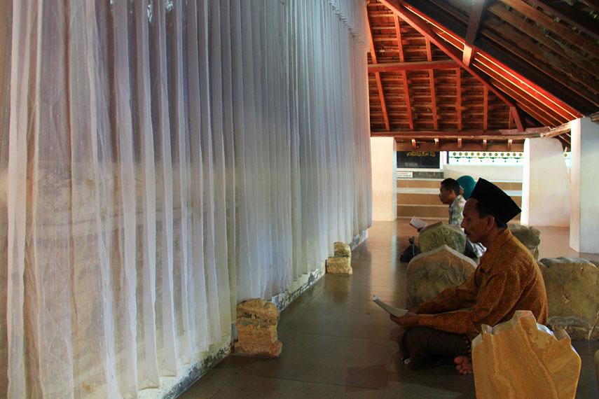 Sunan Bonang mempunyai nama asli Syekh Maulana Makhdum Ibrahim anak dari Raden Ali Rahmatullah Sunan Ampel bin Syekh Ibrahim Asmaraqandi