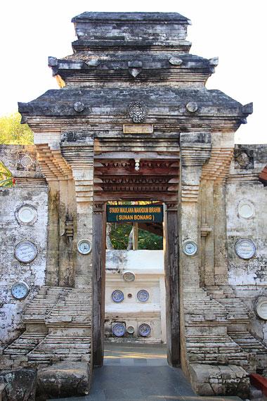 Bukti fisik adanya tiga gapura di Makam Sunan Bonang yakni gapura pertama berbentuk regol, kedua dan ketiga berbentuk Paduraksa