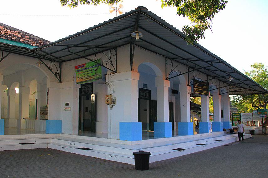 Memasuki gapura kedua, pengunjung akan melihat Masjid Astana Bonang, sebagai zawiyah (tempat menyepi) Sunan Bonang