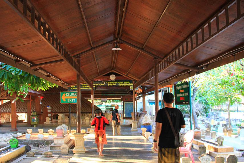 Suasana di area Makam Sunan Bonang yang setiap hari ada saja pengunjung yang mendatangi makam ini