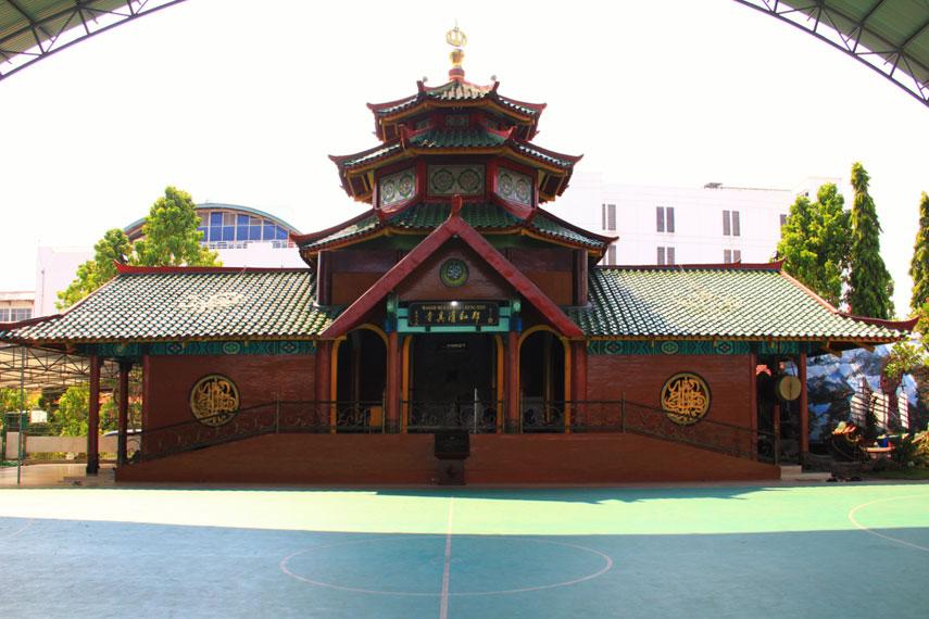 Masjid Cheng Hoo berada di belakang Makam Pahlawan Kusuma Bangsa, tepatnya di Jalan Gading No 2, Surabaya, Jawa Timur