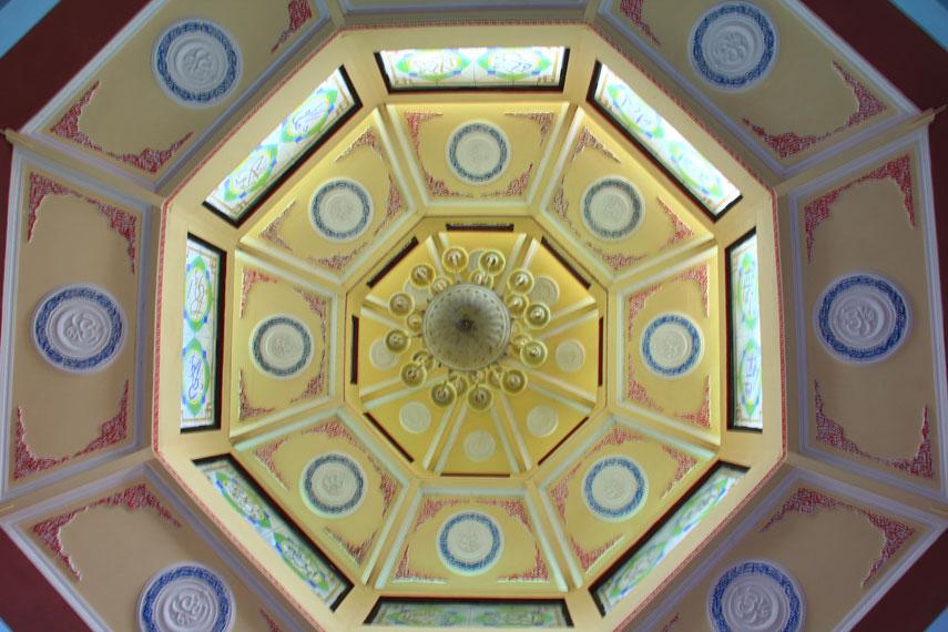 Ornamen atap masjid ini dibentuk persegi delapan yang menyerupai sarang laba-laba bagi masyarakat Tionghoa angka 8 merupakan angka keberuntungan