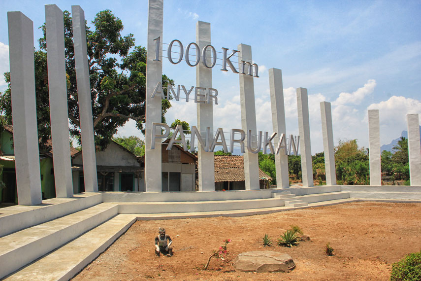 Monumen ini dibangun untuk mengenang sejarah pembangunan jalan raya sepanjang 1.000 kilometer Anyer-Panarukan