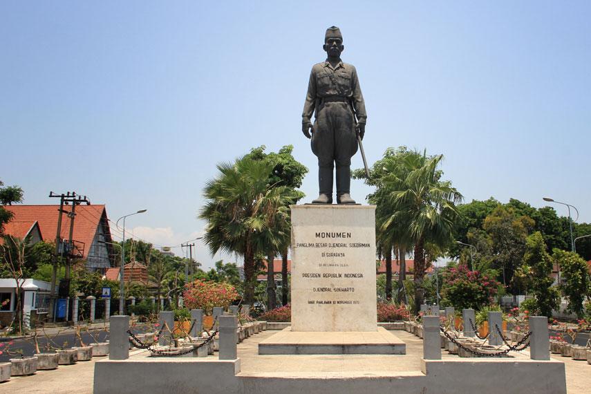Monumen Panglima Besar Djendral Soedirman namanya, berbentuk sosok Soedirman sedang berdiri tegak dengan pedang di pinggangnya