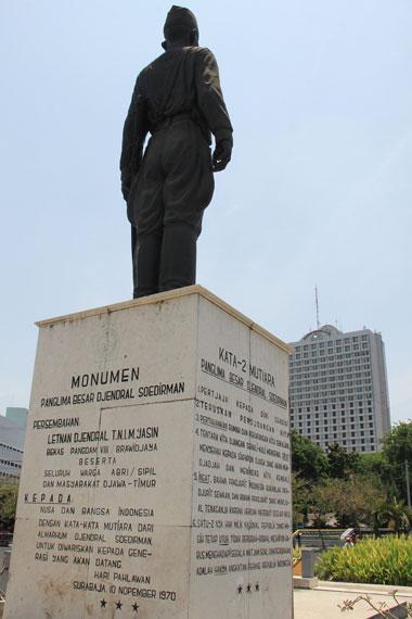Monumen ini terletak di Jalan Yos Sudarso, Surabaya, berdiri di kawasan jalan utama yang terkenal sibuk setiap harinya