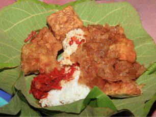 Lezatnya Nasi Jamblang Dibalut Daun Jati Khas Cirebon