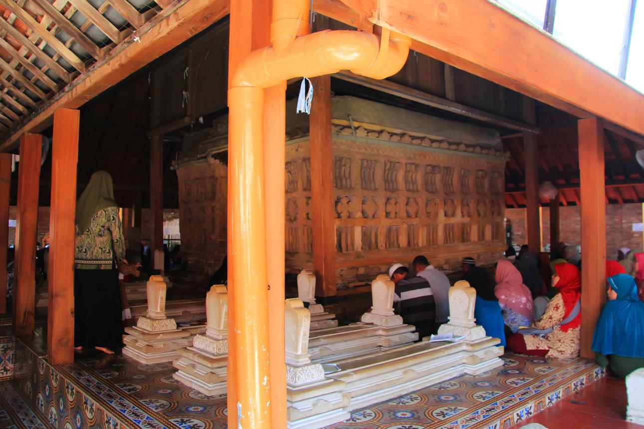 Pada hari-hari tertentu, makam ini ramai dikunjungi para peziarah yang ingin memanjatkan doa