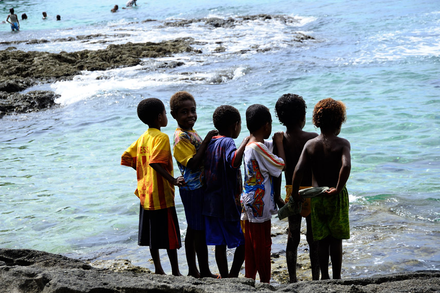 Anak-anak ikut menyaksikan proses pemanggilan ikan