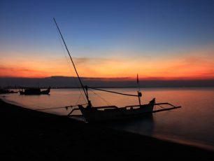 Keindahan Matahari Terbenam di Pantai Banongan