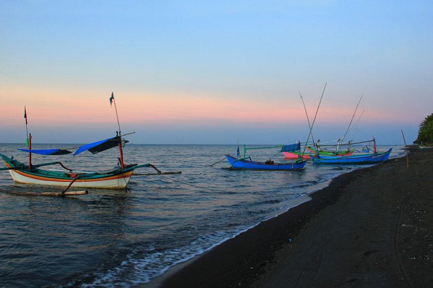 Lokasinya yang berada di jalur Pantura membuat pantai ini mudah diakses dari berbagai arah