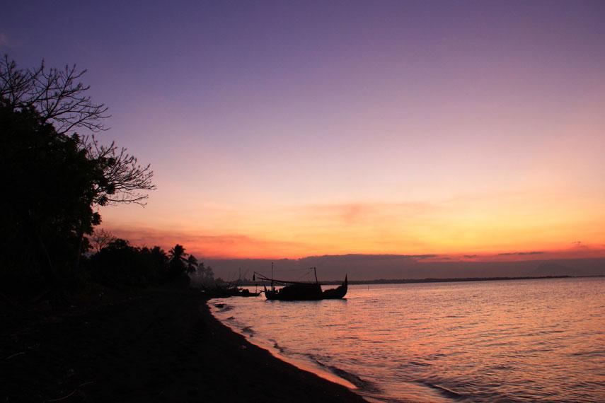 Garis pantai yang panjang dengan pasirnya yang hitam merupakan karakteristik utama dari Pantai Banongan