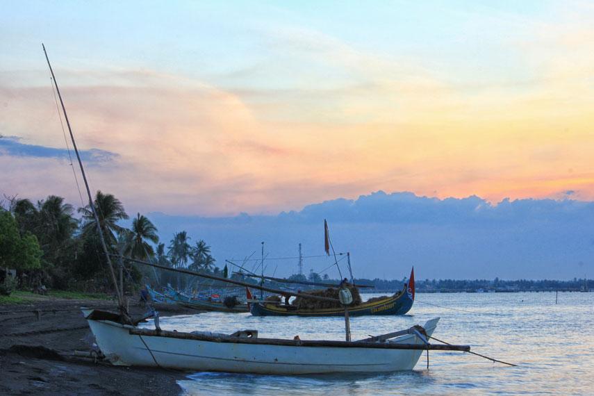 Lokasinya yang berada di perairan Selat Madura, membuat ombak Pantai Banongan cenderung tenang