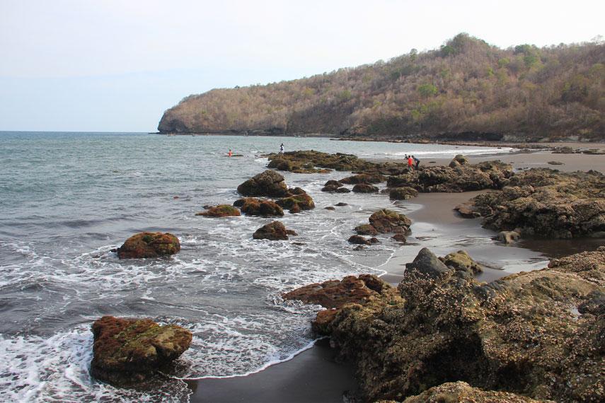 Sebagian sisi barat pantai ini dipenuhi oleh bebatuan karang