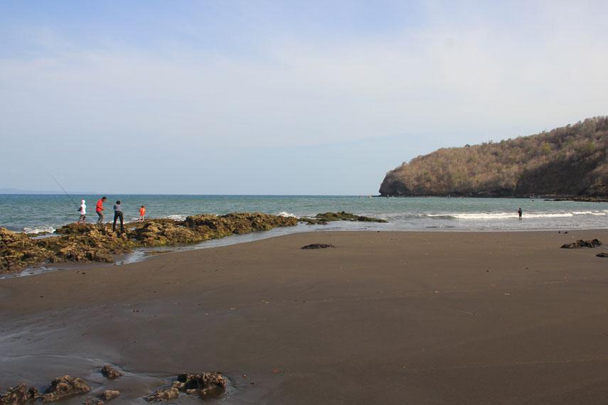 Sebagian lain dari Pantai Grajagan dipenuhi pasir pantai yang memiliki warna putih kecokelatan