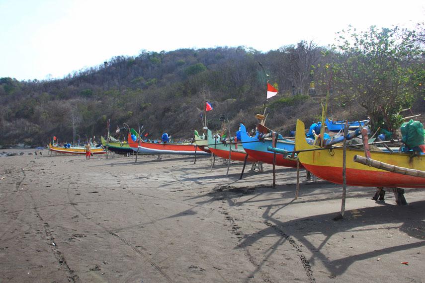 Menjelajahi keindahan Pantai Grajagan dengan menggunakan perahu sewaan menjadi salah satu aktivitas menyenangkan di pantai ini