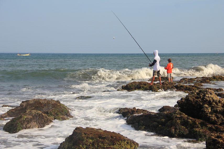 Aktivitas wisata lain yang bisa menjadi alternatif di Pantai Grajagan adalah memancing