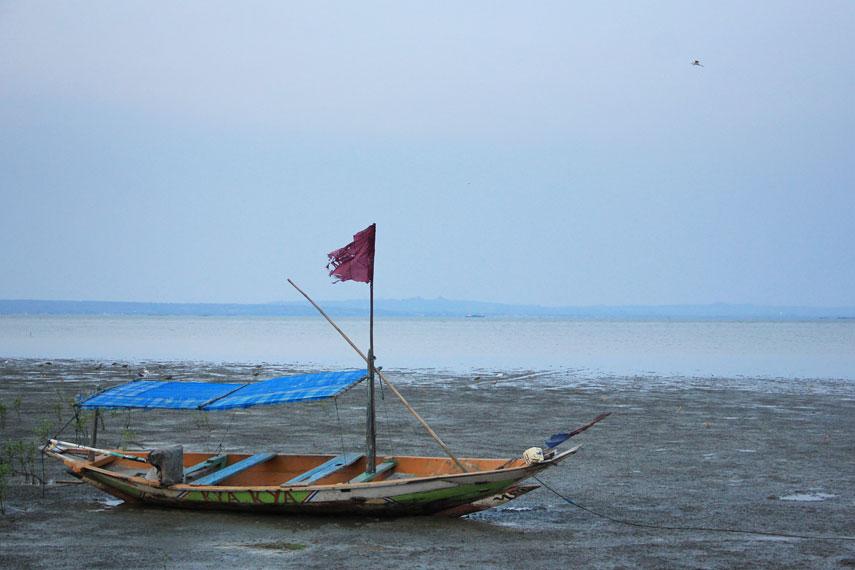 Pantai Kenjeran memiliki jarak sekitar 9 Km dari pusat kota ini menjadi salah satu pantai favorit warga Surabaya