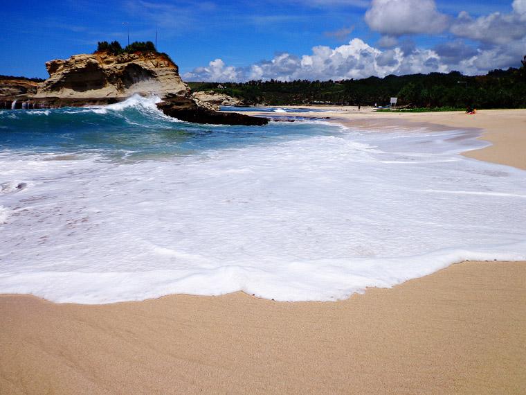 Hamparan pasir putih Pantai Klayar Pacitan