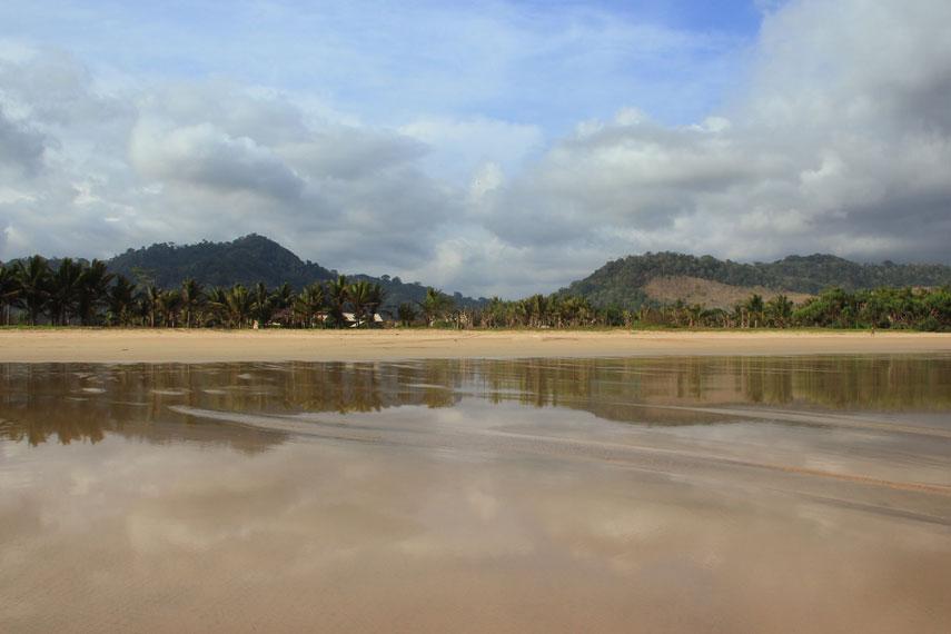Pantai Pancer menjadi destinasi wisata yang menawarkan ketenangan karena lokasinya yang jauh dari keramaian