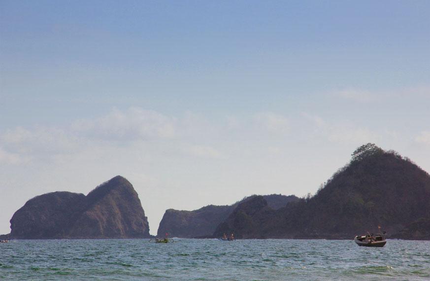 Lokasi pantai yang tidak jauh dari Pantai Pulau Merah, membuat pantai ini menjadi alternatif bagi wisatawan selain Pulau Merah
