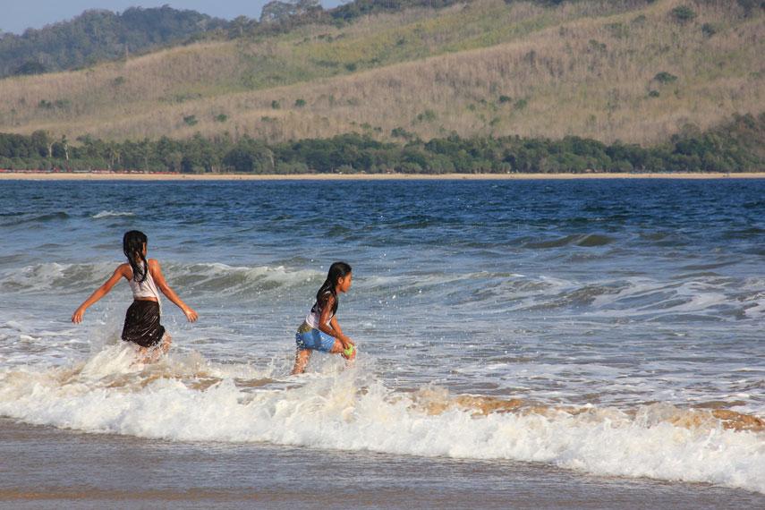 Bermain air di pinggir pantai menjadi salah satu aktivitas yang dapat dilakukan di Pantai Pancer