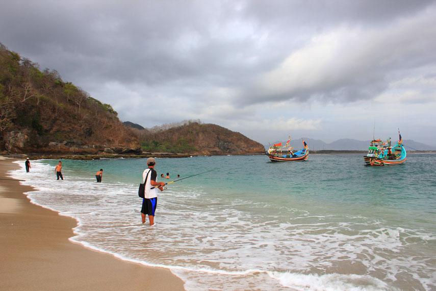 Pantai Papuma terletak di km 45 ke arah Jember, tepatnya di Kawasan Wuluhan