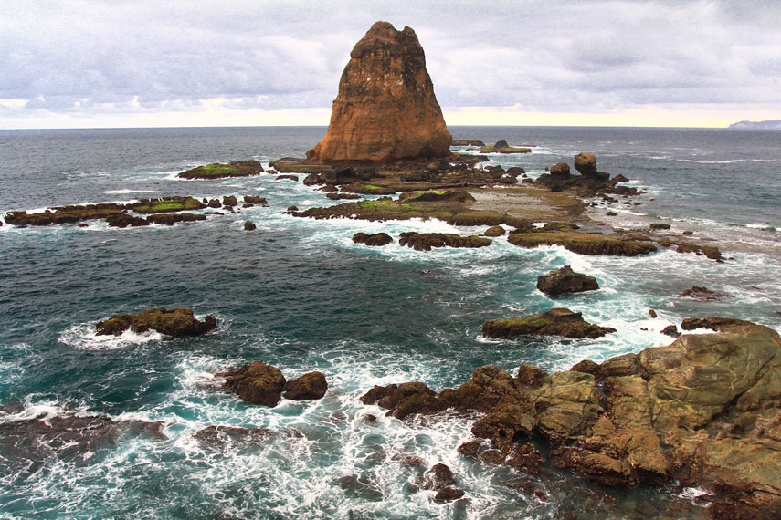 Pantai Papuma memiliki karakteristik yakni sekitar areanya dipenuhi oleh bebatuan karang