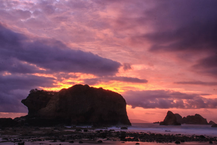 Pemandangan matahari terbenam menjadi sajian eksotis di pantai ini kala hari beranjak senja