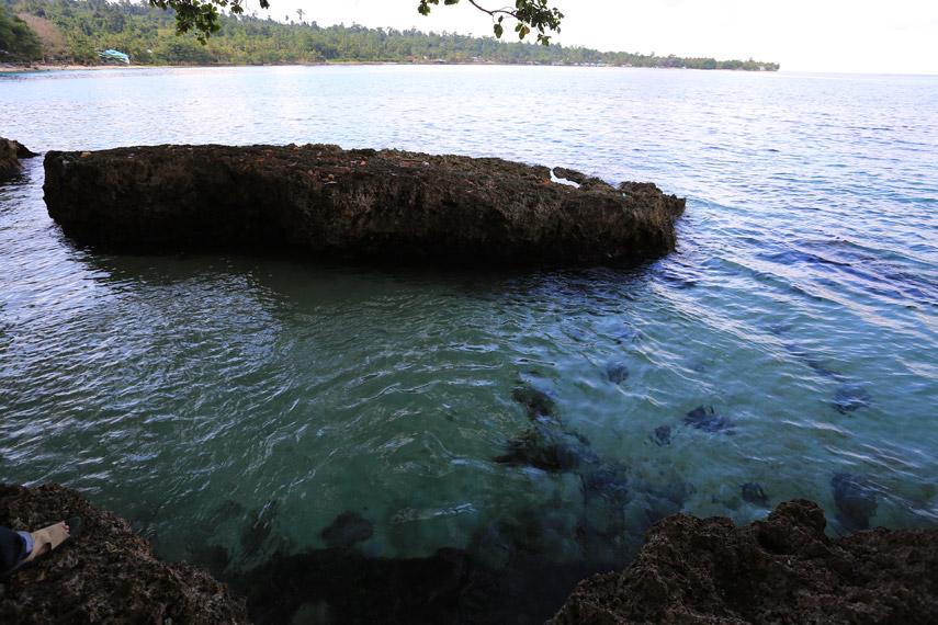 Salah satu bagian Pantai Pasir Putih yang unik, dimana terdapat sumber air tawar di pinggiran laut yang berair asin
