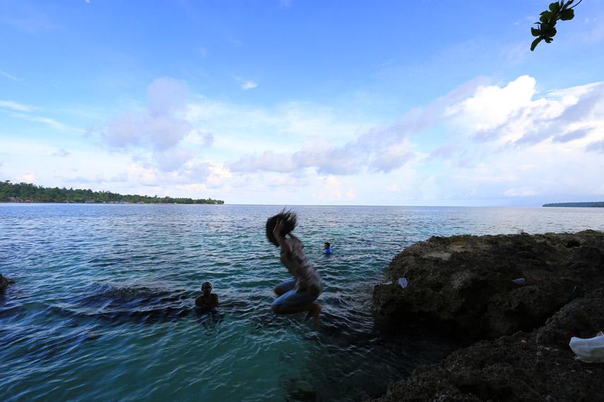 Sumber air tawar ini sering digunakan pengunjung untuk berenang